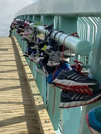Mark-sneakersBridge2